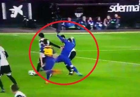 Messi bị Coquelin lột áo ngay trên sân