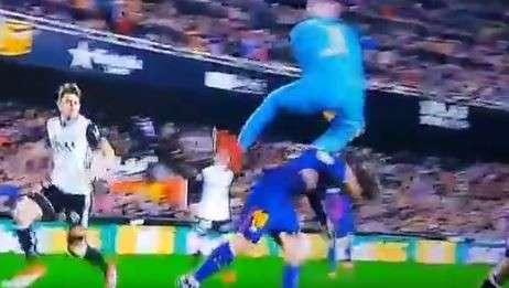 Messi lĩnh trọn cú thúc chân của thủ môn Jaume Domenech