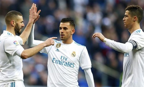 """Benzema (trái)""""nổ súng'' trở lại nhờ sự nhường nhịn từ Ronaldo."""