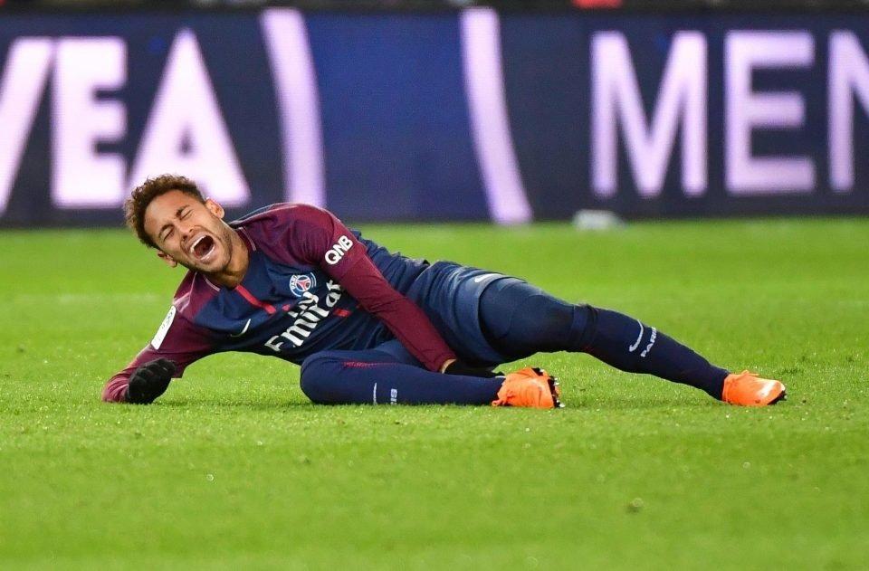 Neymar đau đớn nằm sân