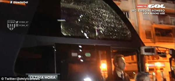 Xe bus chở cầu thủ Barcelona bị tấn công bằng gạch đá và chai lọ