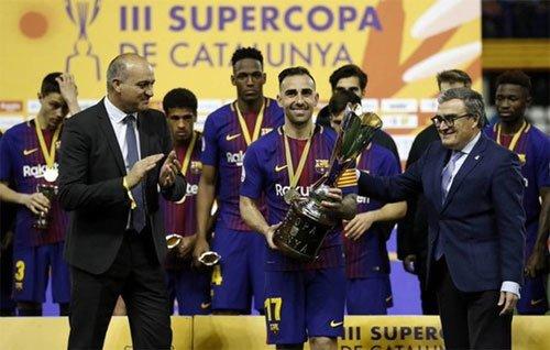 Paco Alcacer đeo băng thủ quân lên nhận Siêu Cup.