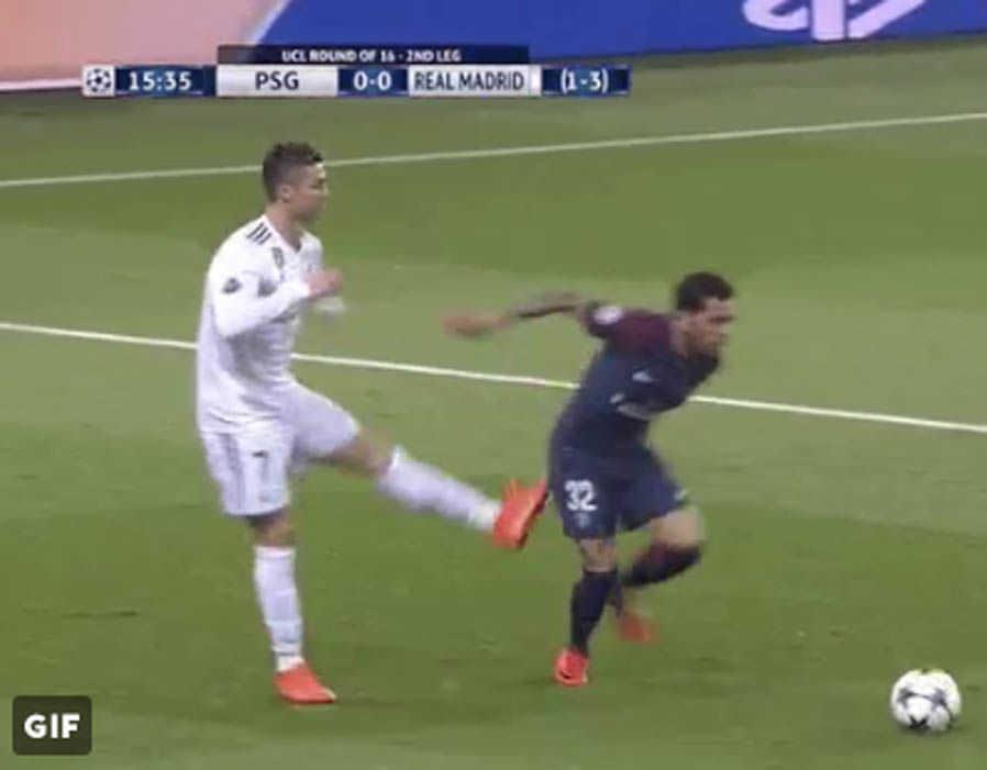"Cận cảnh Ronaldo ""đá nguội"" Dani Alves trong trận đại chiến với PSG"