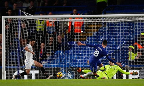 Hàng công Chelsea chơi sinh động hơn khi có một tiền đạo thực thụ là Giroud rồi Morata trên sân.