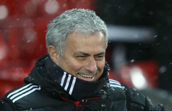 """""""Mourinho là mẫu hiếu và chỉ hạnh phúc khi... gây chiến"""""""
