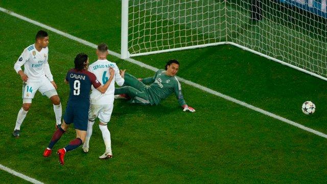 Cavani có bàn thắng may mắn cho PSG