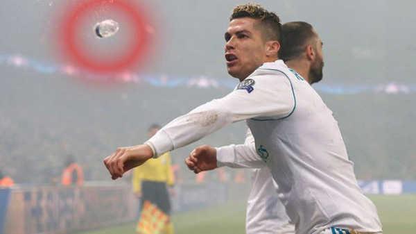 Ronaldo suýt lĩnh trọn chai nước vào đầu khi ăn mừng bàn thắng trước PSG