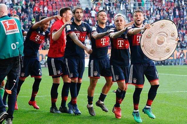 Đại thắng Augsburg, Bayern vô địch Bundesliga trước 5 vòng đấu