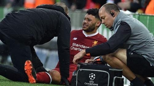 Oxlade-Chamberlain sớm bị đau và rời sân tối 24/4.