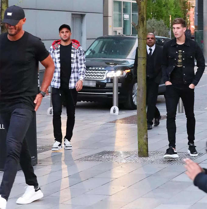 Vincent Kompany, Kyle Walker cùng John Stones đi bộ từ nơi đỗ xe tới nhà hàng Australasia ở trung tâm Manchester, chiều 22/4. Không lâu trước đó, các cầu thủ Man City giành chiến thắng 5-0 trên sân nhà trước Man City. Đây là trận đấu đầu tiên của Man City trên sân nhà sau khi trở thành nhà vô địch Ngoại hạng Anh 2017-2018