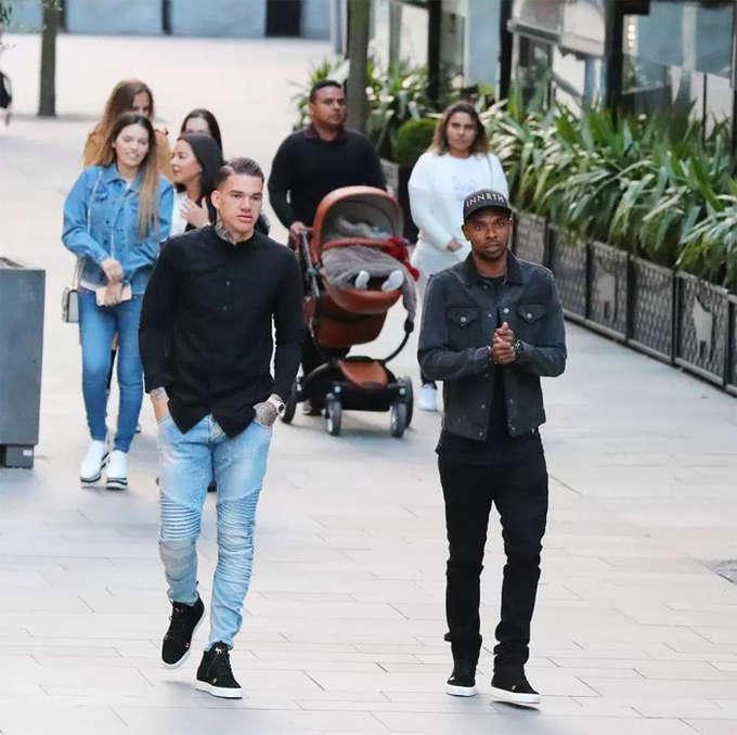 Hai ngôi sao Brazil, Ederson và Fernandinho thường đi cùng nhau do nói cùng một ngôn ngữ. Man City đủ điểm để vô địch từ hôm 15/4, khi đối thủ cạnh tranh Man Utd để thua West Brom