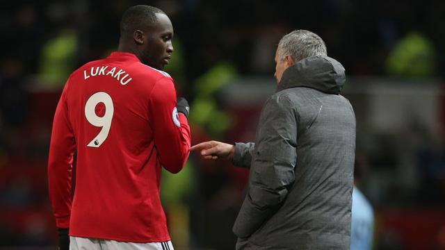Lukaku (trái) vẫn là sự lựa chọn số 1 của Mourinho cho vị trí số 9