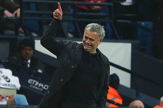 Mourinho bị fan Man City tấn công, Bale được toại nguyện trở lại Premier League