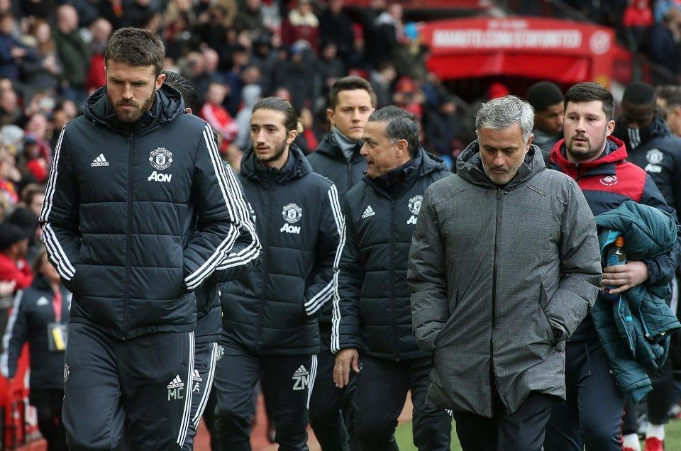 Con trai Mourinho - Zuca (đi phía sau Carrick) xuất hiện trong thành phần ban huấn luyện MU