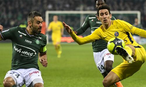 PSG (áo vàng) chơi rất kém hứng khởi trên sân Saint Étienne.