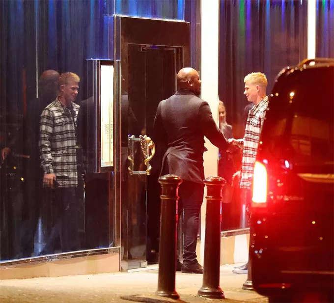 Sau khi ăn tại nhà hàng, các thành viên Man City tới quán bar Panacia để tiếp tục cuộc vui. Tiền vệ Kevin de Bruyne sớm bị nhận ra ở cửa quán