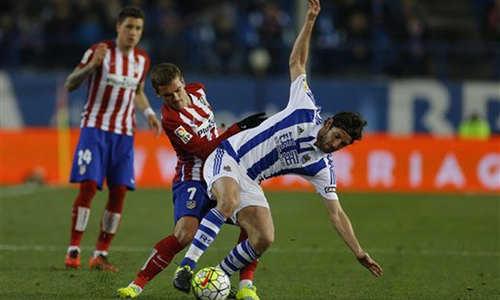 Thất bại trước Real Sociedad, Atletico giương cờ trắng trước Barca ở La Liga