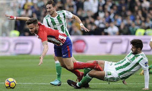 Atletico (áo sọc đỏ trắng) muốn tập trung cho Europa League hơn La Liga