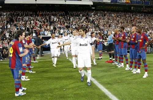 Barca từng xếp hàng vỗ tay chúc mừng Real vô địch La Liga trong trận El Clasico cuối mùa 2007-2008.