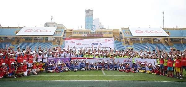 Hơn 150 fan nhí, trong đó có 20 em từ làng trẻ SOS, được ngôi sao U23 Việt Nam tặng quà