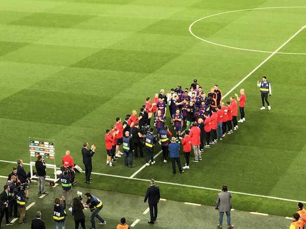 Bị Real phũ phàng, Barca tự xếp hành tôn vinh chính mình