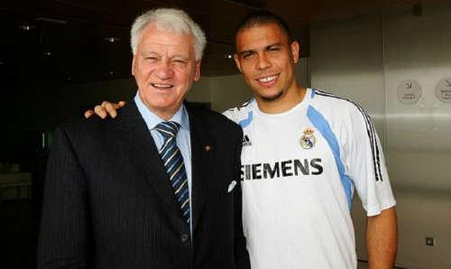 """Ronaldo """"béo"""" bên cạnh HLV huyền thoại Bobby Robson"""