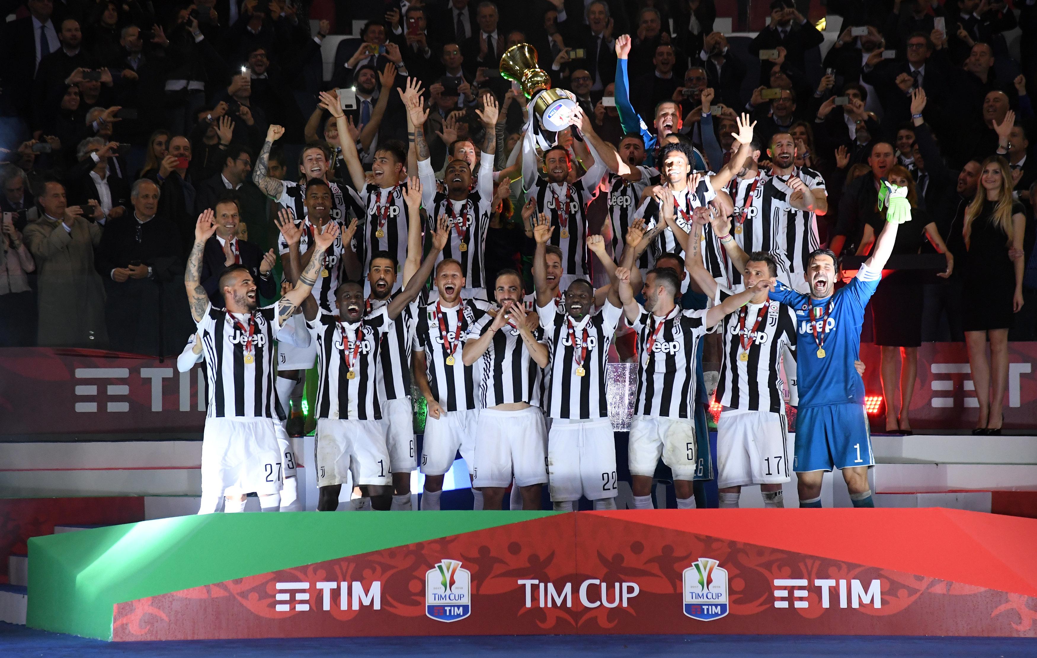 Juventus giơ cao cúp vô địch trên sân Olimpico. Ảnh: REUTERS