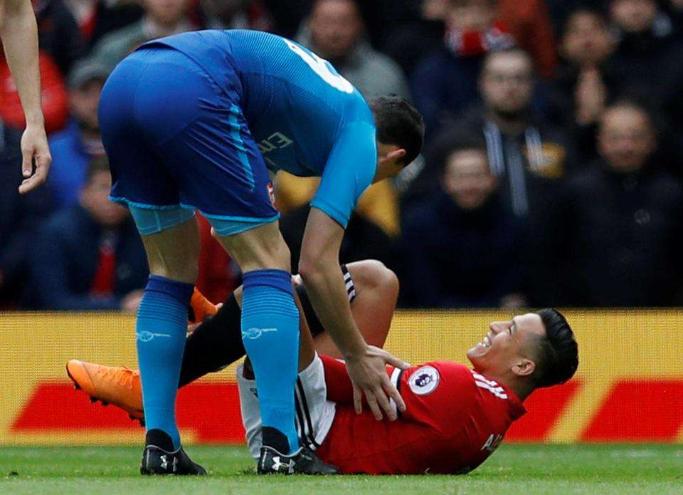 Sanchez cũng gặp vấn đề về háng