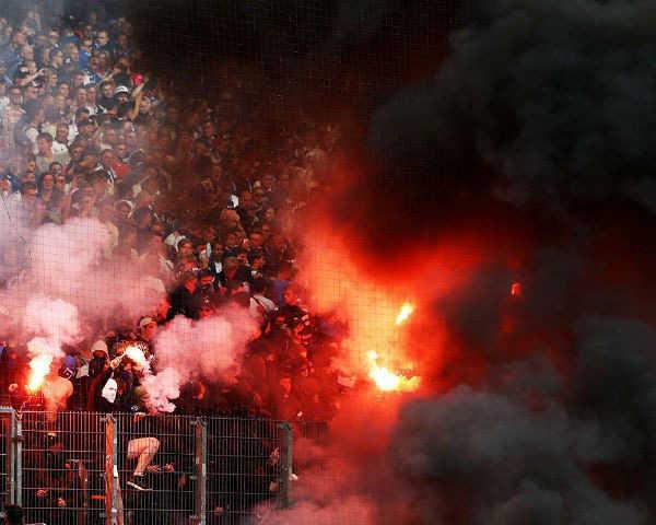 Hamburg xuống hạng lần đầu tiên trong lịch sử, CĐV đòi đốt sân