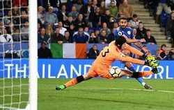 Mất người sớm, Arsenal thua đau Leicester
