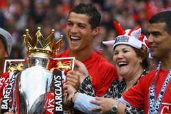 Mẹ Ronaldo muốn con trở lại MU, từ chối PSG
