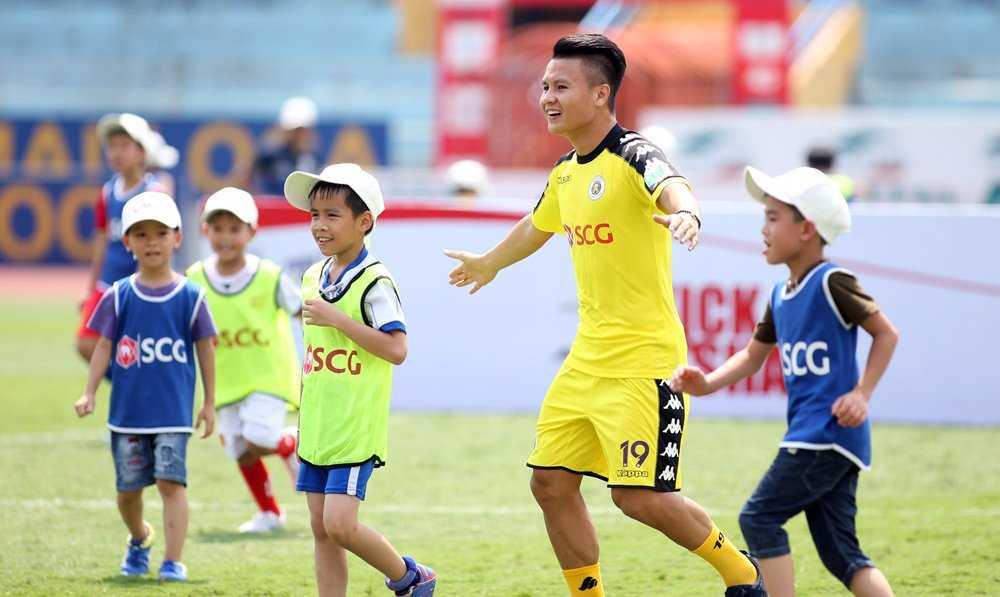 Sao U23 Việt Nam tặng quà ý nghĩa cho fan nhí nhân ngày 01/06