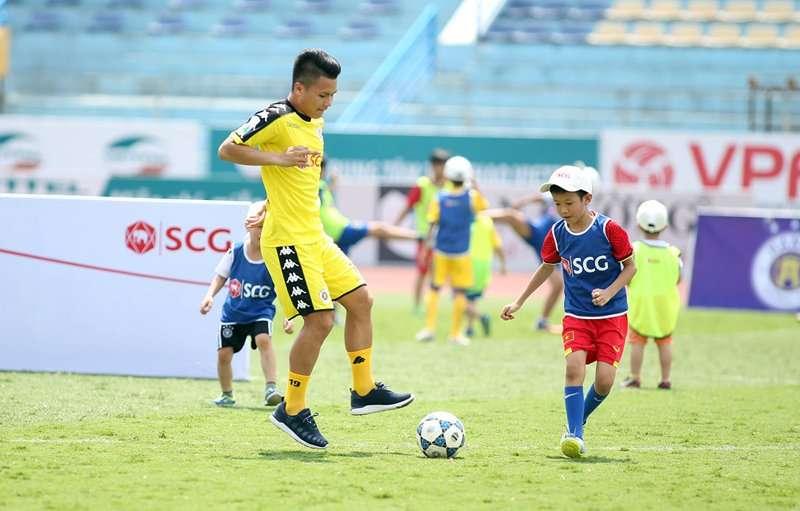 Quang Hải và 2 đồng đội ở Hà Nội FC đội nắng tặng quà cho fan nhí
