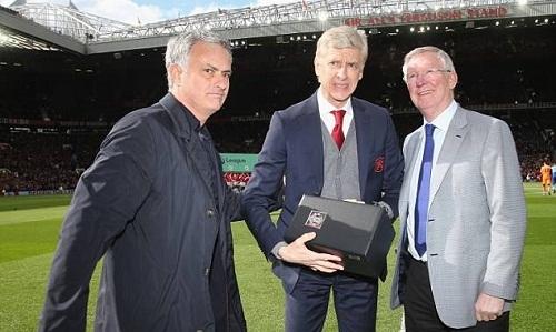 Ferguson và Mourinho tặng quà cho Wenger.