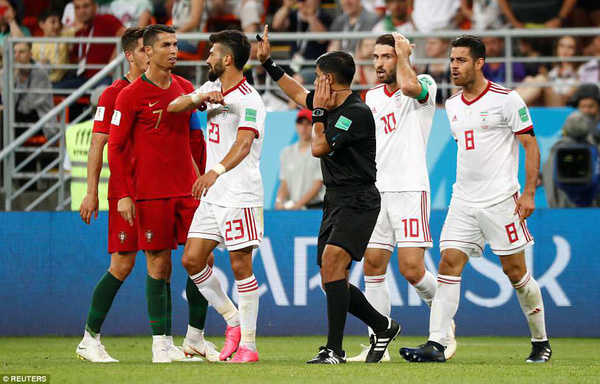 Ronaldo xứng đáng bị thẻ đỏ sau khi thúc khuỷu tay vào mặt của hậu vệ Morteza Pouraliganji
