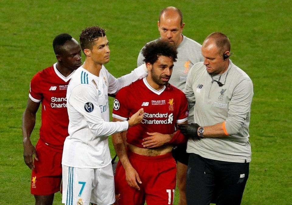 Ronaldo an ủi Salah sau khi dính chấn thương trong trận chung kết Champions League