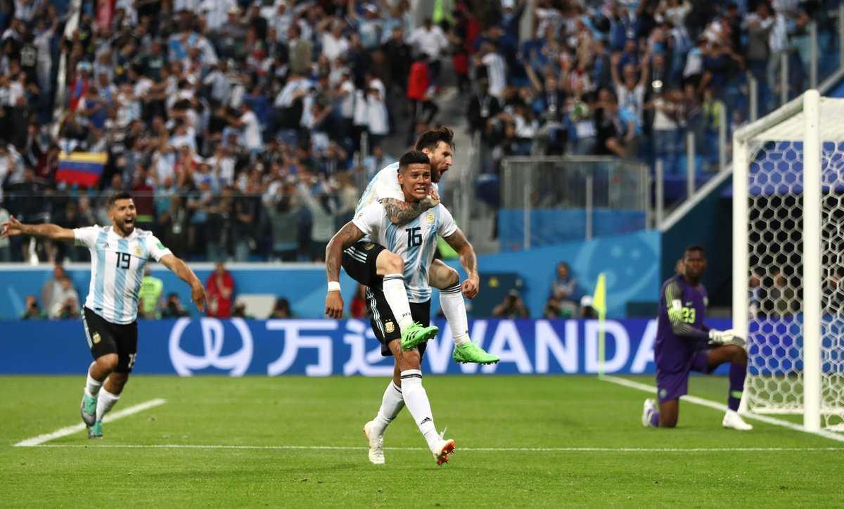 Trọng tài Cakir giúp một tay, đẩy Argentina vào vòng trong