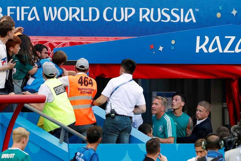 Ozil định lao vào ăn thua đủ với các CĐV Đức trên khán đài