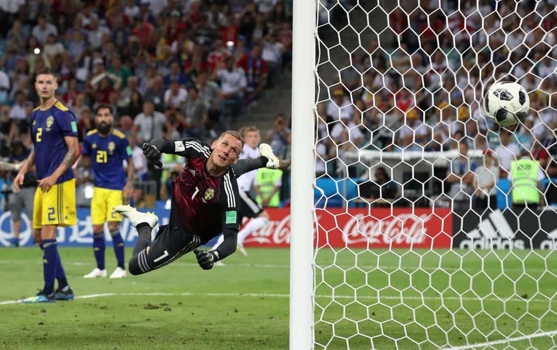 """Nhìn """"Cỗ xe tăng"""" chiến đấu, Messi thấm thía vì sao mình thảm bại."""