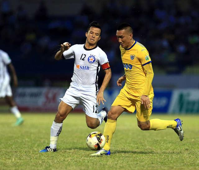 FLC Thanh Hóa (vàng) giành chiến thắng trên sân nhà
