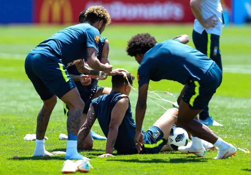 Neymar ném trứng với bột mì vào Coutinho trong ngày sinh nhật