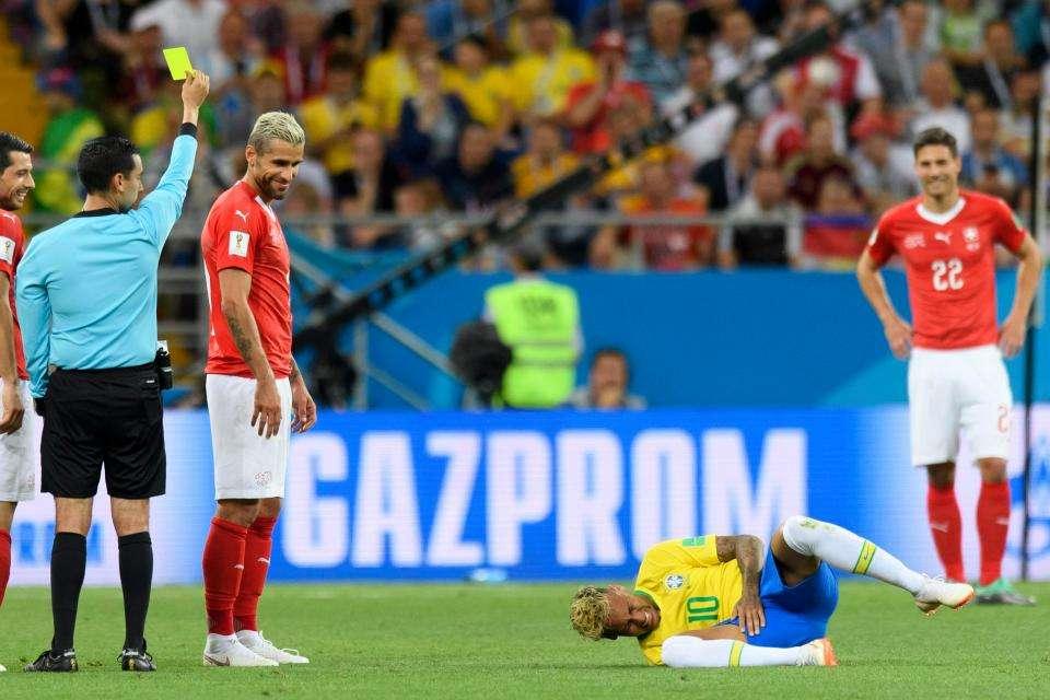 Tiền đạo Brazil liên tục phải nằm sân