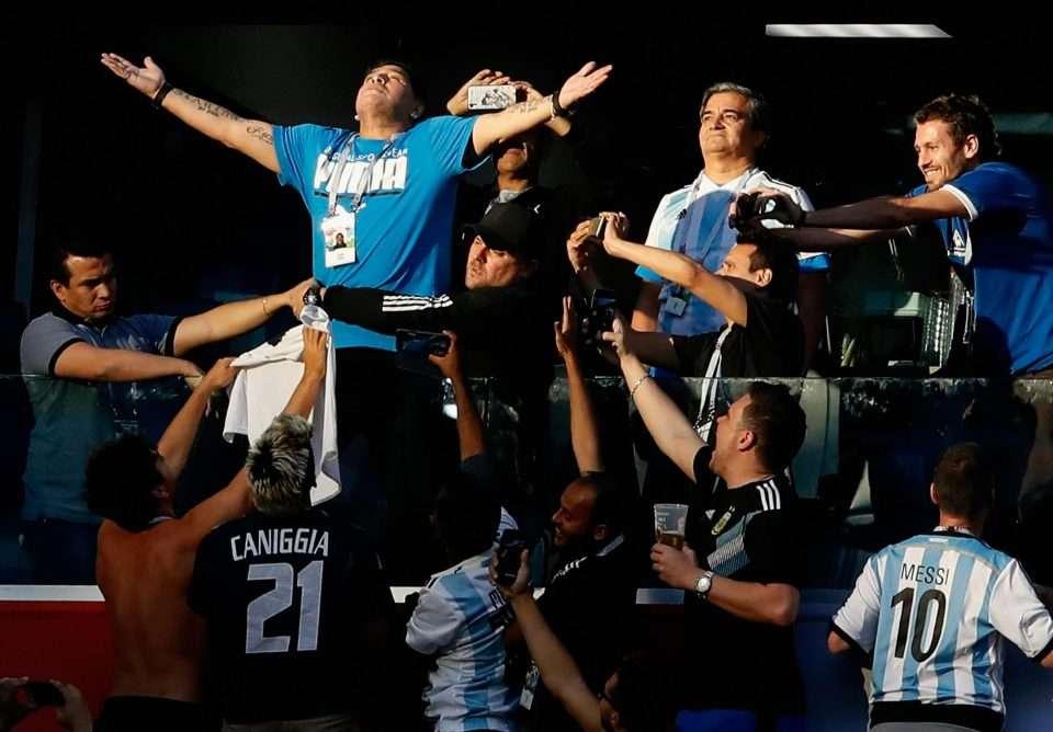 """Maradona cổ vũ rất """"sung"""" trên khán đài"""
