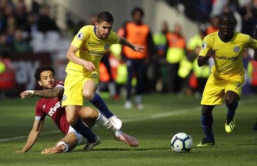 Chelsea (áo vàng) đứt mạch toàn thắng trên sân của West Ham cuối tuần vừa qua
