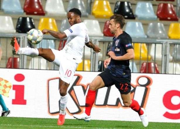 Sterling (trái) thi đấu trong trận Anh gặp Croatia vừa qua