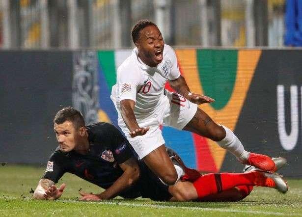 Sterling (phải) đang mòn mỏi chờ đợi bàn thắng cho tuyển Anh