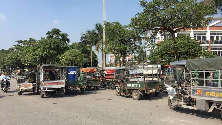 Nhiều xe ba bánh tập kết kín cổng trụ sở VFF.