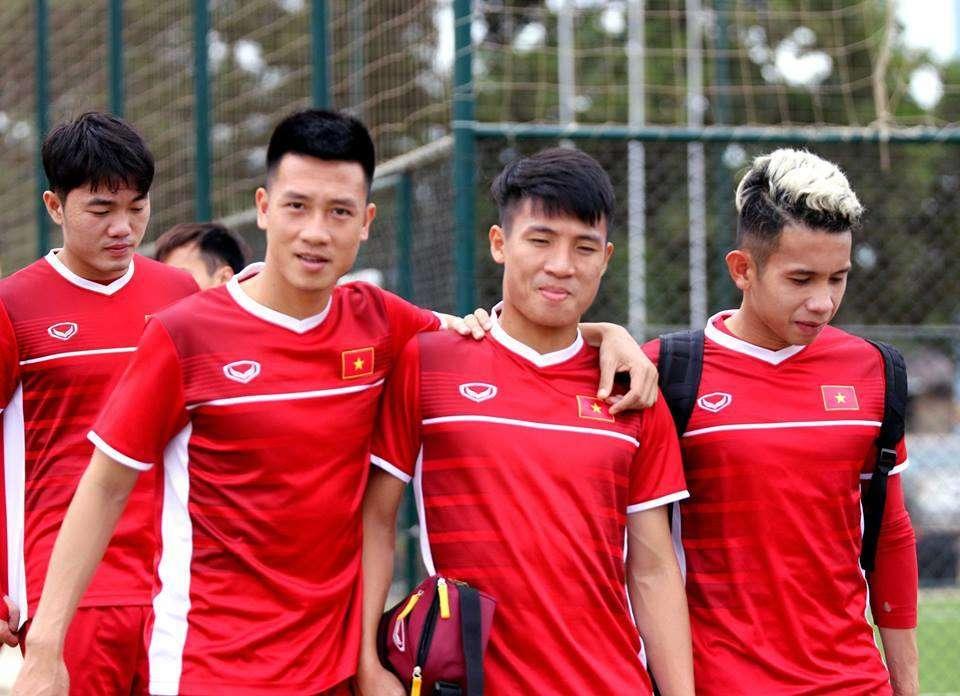 Sau trận thắng Lào với tỷ số 3-0, 10h sáng nay, đội tuyển Việt Nam vẫn bước ra sân tập bình thường mà không được xả hơi Buổi tập của đội tuyển Việt Nam diễn ra trong 1 tiêng tại sân tập của Liên đoàn bóng đá Lào