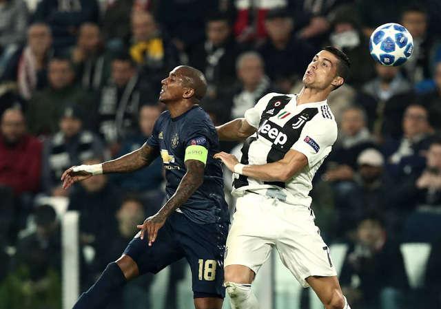 Ashley Young khiến Ronaldo không có nhiều đất điễn nơi cánh trái Juventus