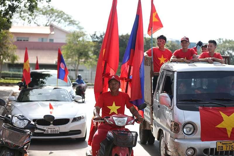 Các CĐV Việt Nam đến từ mọi nơi trên đất bạn Lào, hội quân với những cánh quân từ Việt Nam sang, sẵn sàng cho một đêm bùng nổ trên SVĐ quốc gia Lào tối nay
